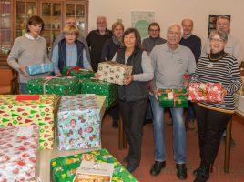 Schenken macht Freude: Die Helfer der Gruppe Rat & Tat der Ausgabestelle der Tafel verteilten heute die gespendeten Weihnachtspakete an ihre Kunden im evangeliscfhen Gemeindehaus. (Foto: P. Gräber - Emscherblog.de)