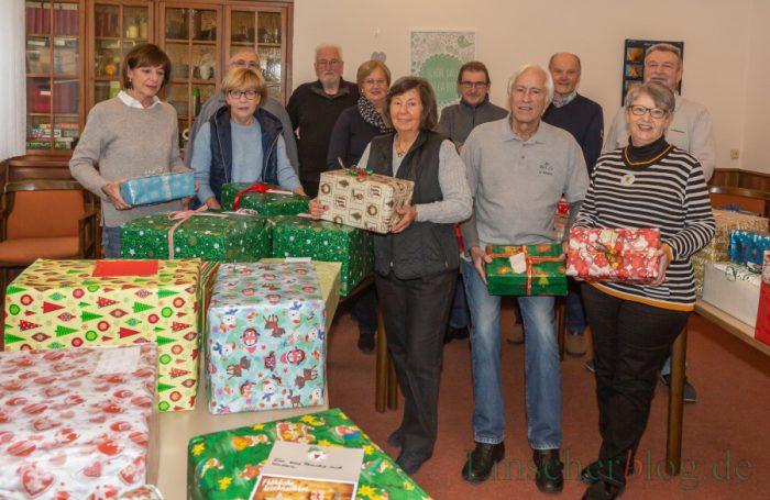 Die Helfer der Gruppe Mit Rat und Tat vor der Verteilung der gespendeten Weihnachtspakete in der Ausgabestelle der Tafel im vergangenen Jahr. Auch dieses Jahr hoffen die Helfer wieder auf die Spendenbereitschaft der Holzwickeder. (Foto: P. Gräber - Emscherblog.de)
