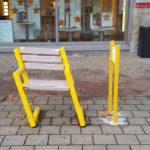 Mitfahrbank an der Hauptstraße mutwillig beschädigt: Strafanzeige