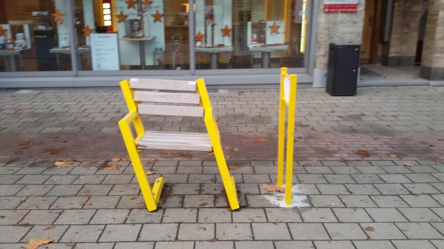 Unbekannte haben die Mitfahrbank an der Hauptstraße beschädigt.  Die Gemeinde hat Strafanzeige gestellt und sucht Zeugen. (Foto: Gemeinde Holzwickede)