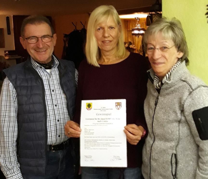 Willy Dorna und  Regine Selling mit Barbara Paplowski (M.), die als Gewinnerin des Weihnachtsmarkt-Gewinnspiels an der Sommertour des Partnervereins teilnehmen wird. (Foto: privat)
