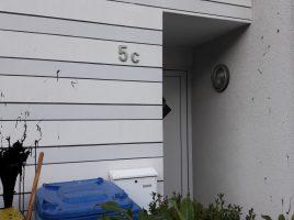 Das Foto zeigt eine der mit schwarzer Farbe bespitzten Häuserfronten in der Schubertstraße. (Foto: privat)
