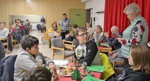 Die Mitglieder der Aktiven Bürgerscjhaft bei ihrer gemeinsamen Weihnachtsfeier mit Jugendlichen der Josef-Reding-Schule in der Senioren-Begegnungsstätte. (Foto: privat)