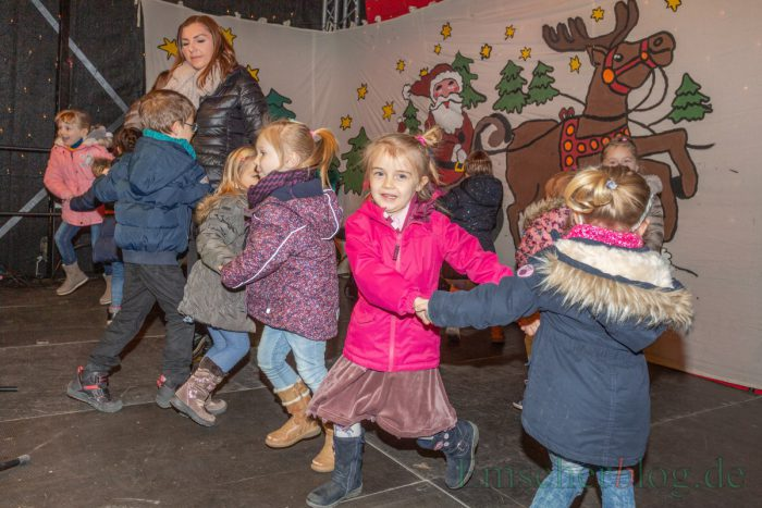 Unterstützt wurde die Bürgermeisterin dabei von den Kindern des katholischen Kindergartens Liebfrauen, die sangen, tanzten und ein selbstgedichtetes Weihnachtsgedicht vortrugen.