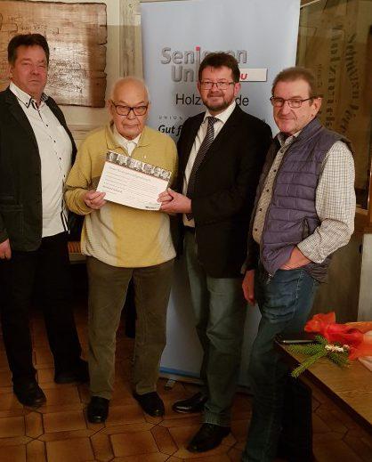 Bernhard Schieriock (2.v.l.) wurde von Manfred Bolle (l.) sowie Frank Lausmann (2.v.r.) und Willy Dorna für 60 Jahre Mitgliedschaft in der CDU geehrt. (Foto: privat)