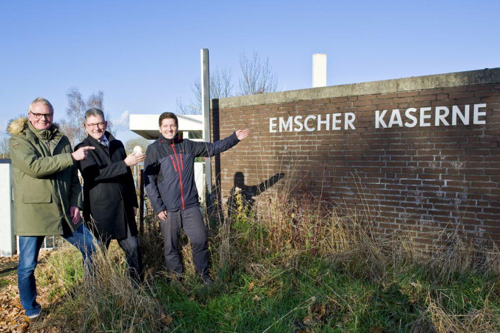 Uwe Nettlenbusch, Andreas Häcker und Stefan Thiel (v.l.n.r.) am Eingang der ehemaligen Kaserne | Foto: Hanna Brand, mille-fiori.com für WILMA Wohnen