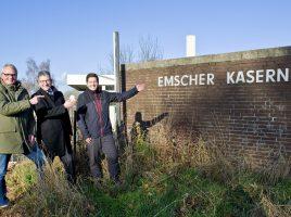 Uwe Nettlenbusch, Andreas Häcker und Stefan Thiel (v.l.n.r.) am Eingang der ehemaligen Kaserne   Foto: Hanna Brand, mille-fiori.com für WILMA Wohnen