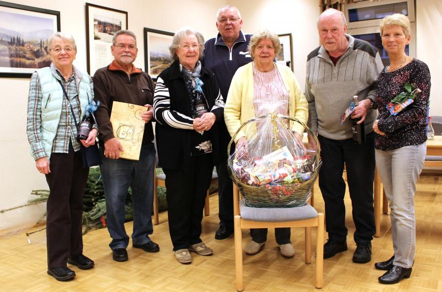 Der 2. Vorsitzende Claus Richter (Mitte) überreichte die Preise an die Gewinner des Bingo-Turniers in der Senioren-Begegnungsstätte.  (Foto: privat)
