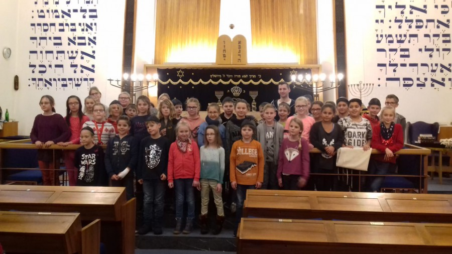 Die Dudenrothschüler bei ihrem Besuch in der jüdische Synagoge in Dortmund. (Foto: privat)