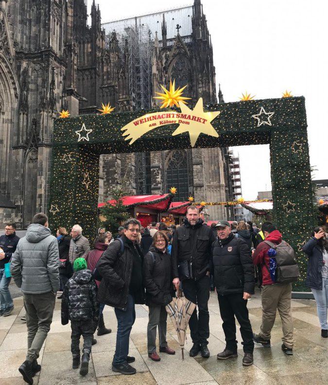 Der Adventsausflug der HSC-Radsportabteilung führt die Teilnehmer nach Köln auf den Weihnachtsmarkt. Das Foto zeigt einen Teil der Gruppe vor dem Dom in Köln. Foto: privat)