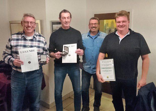 Der MSC-Vorsitzende Frank Giese (2.v.r.) ehrte die verdienten Mitglieder Frank Niehaus (li.), Dirk Schmidt und Björn Hohmeyer (re.) (Foto: privat)