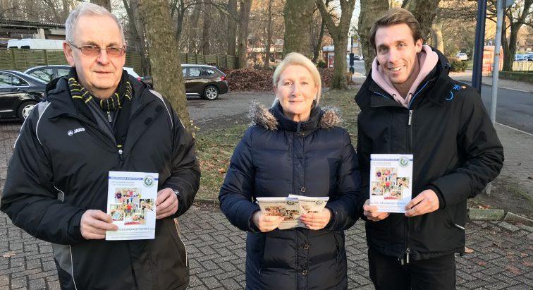 Das neue Programm für das 1. Halbjahr 2019 des HSC-Gesundheitssport ist da. HSC-Geschäftsführer Günter Schütte, Sportberaterin Susanne Werbinsky und HSC-Spieler Sebastian Hahne stellen das Heft vor. (Foto: privat)