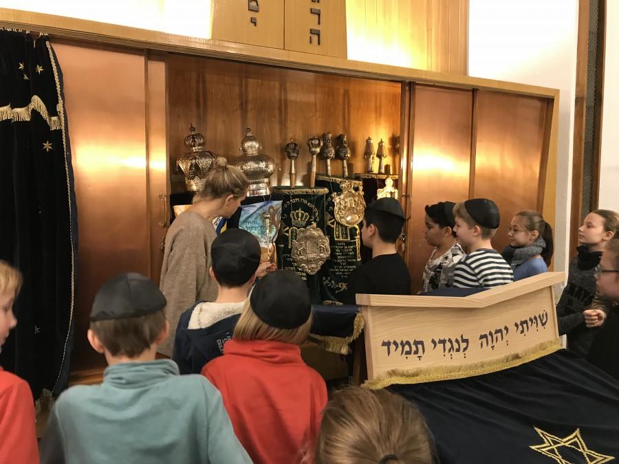 Die Schüler waren sehr neugierig, stellten viele Fragen und erfuhren viel Neues  in der Synagoge. (Foto: privat)