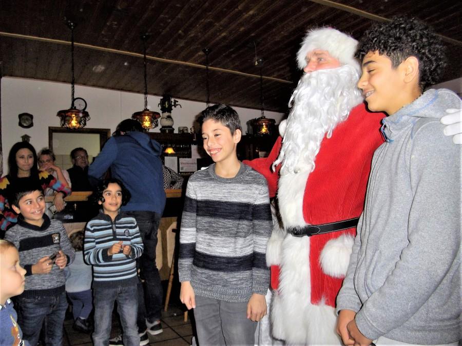 Die Kinder der neuen syrischen Familie im KGV Am Oelpfad mit dem Nikolaus. (Foto: privat)