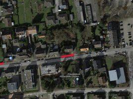 Diese Luftaufnahme zeigt die Sölder Straße. Die beiden roten Linien zeigen, in welcher Höhe die durchgehenden Markierungen auf der nördlichen Seite aufgebracht werden, um den Verkehrsfluss zu verbessern. (Foto: googlemaps.de/Markierung: Emscherblog.de)