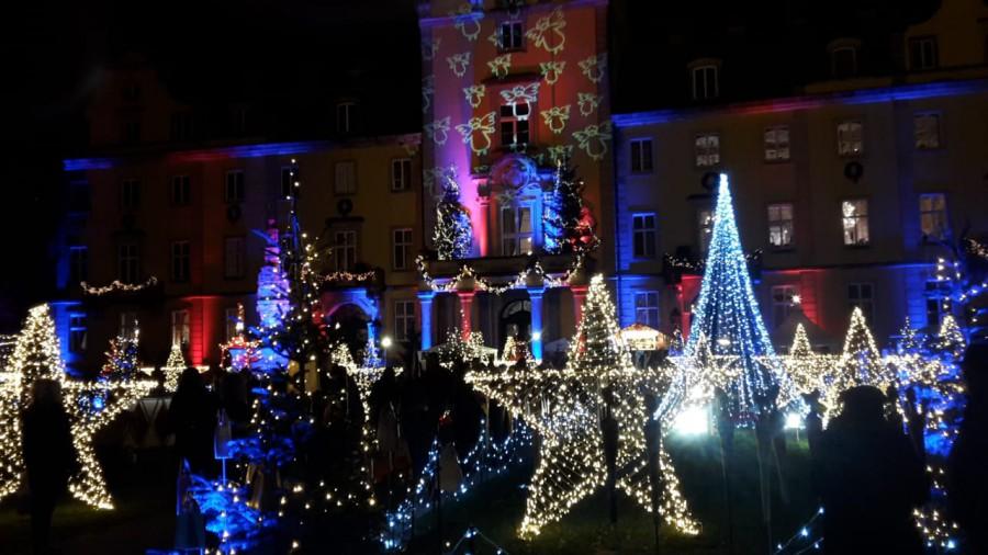 ie Holzwickeder Senioren staunten nicht schlecht über das stimmungsvoll illuminierte Schloss Bückeburg.(Foto: privat)