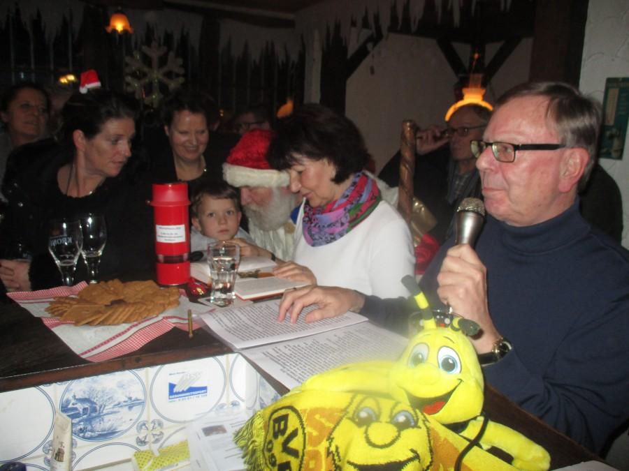 Gerd Kolbe (r.) und Brigitte Fechner (2.v.r.) trugen heitere und besinnliche Geschichten vor. Da durfte natürlich auch der Weihnachtsmann nicht fehlen. (Foto: privat)