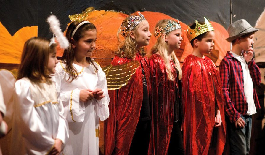 """Mit dem Theaterstück """"Alle Jahre wieder"""", das beim Adventsfenster und tags darauf  noch ein mal in der Schule öffentlich aufgeführt wurde, sorgten die Kinder der Theater AG für Begeisterung. (Foto: Martina Engert )"""