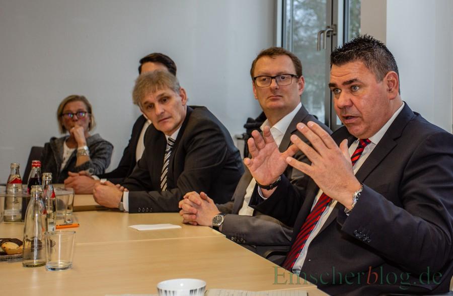 Der Vorstand der SPD Kreis Unna schlägt dem Parteitag Mario Löhr (r.) als Kandidaten für das Landratsamt vor., v.l.: Brigitte Cziesho, Michael Makiolla, Oliver Kaczmarek und Mario Löhr.  (Foto: P. Gräber - Emscherblog.de)