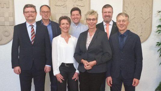 Trafen sich zum persönlichen Gespräch über die künftige Zusammenarbeit v.li.: Dr. Thorsten Münstedt (CVUA), Christian Grimm, Birgit Kastner, (CVUA) Stefan Thiel, Ulrike Drossel, Bernd Kasischke und Dr. Dirk Höhne (CVUA). (Foto: Gemeinde Holzwickede)