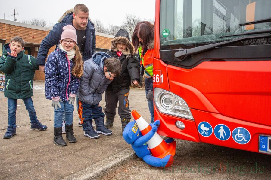 Warum man an der Haltestelle Abstand zum, Bus halten soll, verdeutlichte die Bustrainerin mit einem rot-weißen Hütchen und einem blauen Stofftier. (Foto: P. Gräber - Emscherblog.de)