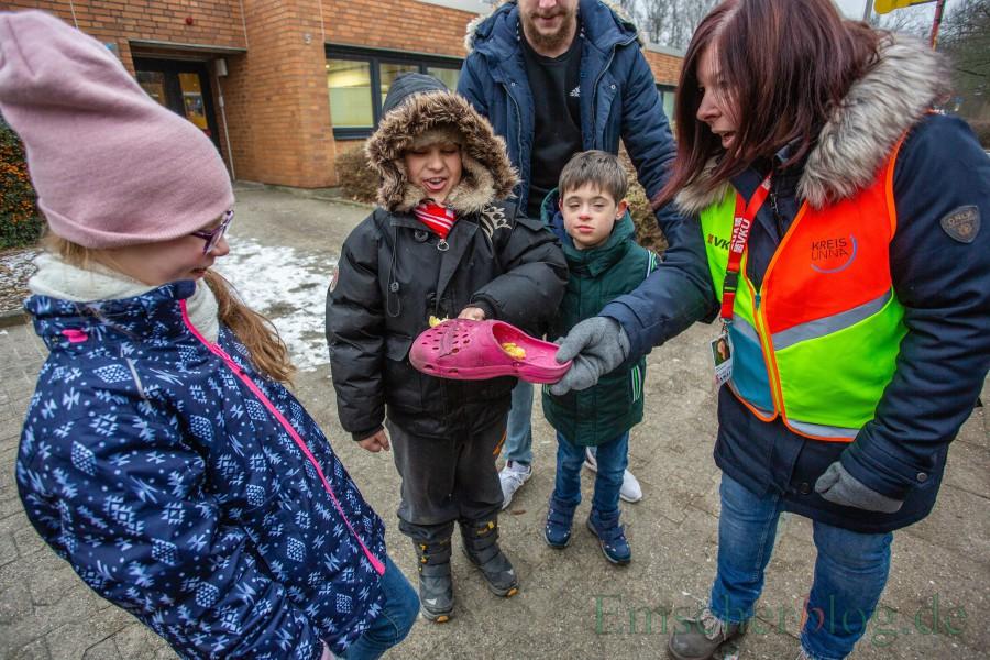 Sichtlich beeindruckt: Heike Lenninghaus zeigt den Schülern die zerquetschte Kartoffel im Schuh, nachdem der Bus darüber gerollt war. (Foto: P. Gräber - Emscherblog.de)