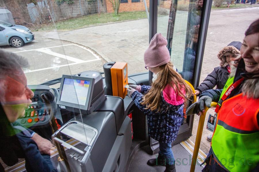 Natürlich übten die Kinder auch das richtige Einsteigen in den Bus und das Entwerten des Tickets. (Foto: P. Gräber - Emscherblog.,de)