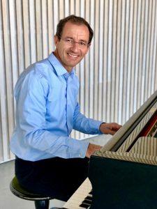 Präsentiert französische Chansons im Forum: Eric Boyer, Leiter der Musikschule Louviers. (Foto: Freundeskreis)