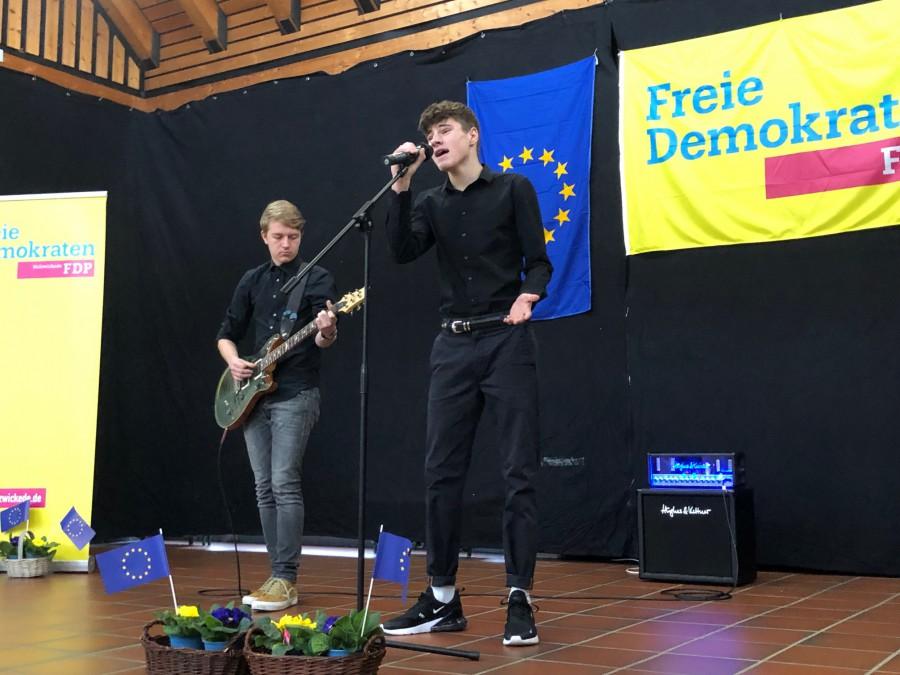Pepe Baumgart (Gesang) und Marco Fröse (Gitarre) aktuelle bzw. ehemalige Schüler des CSG, sorgten für den musikalischen Rahmen beim Neujahrsempfang. (Foto: privat)