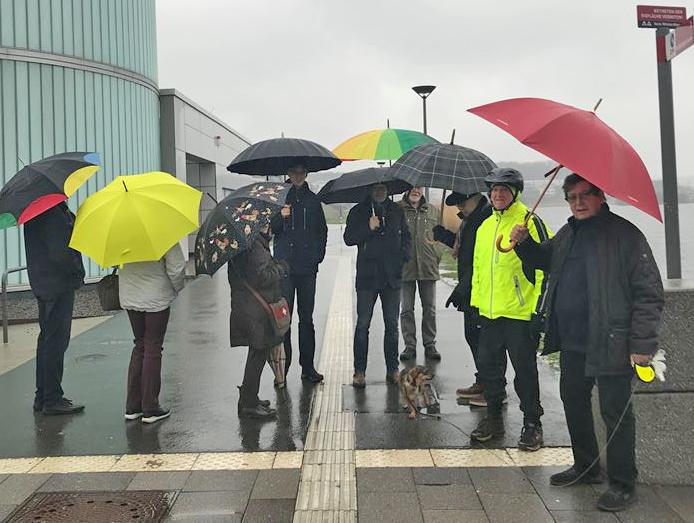 Auch der Dauerregen heute konnte die Radsportler des HSC nicht davon abhalten, ihre Neujahrswanderung zu unternehmen: die Teilnehmer am Phoenixsee in Dortmund-Hörde. (Foto: Hanne Schön)