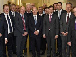 Die Oberbürgermeister und Landräte aus dem Revier trafen sich in Berlin auch mit Finanzminister Olaf Scholz (M.) zum Gespräch. (Foto: RVR Friedrich)
