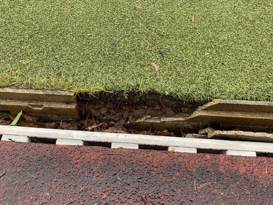 Aufgrund der eingebrochenen Regenrinnen (Foto) muss der Sportplatz am Schulzentrum auf unbestimmte Zeit gesperrt werden. (Foto: Gemeinde Holzwickede