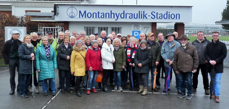 Die Teilnehmer der HSC-Silvesterwanderung trafen sich vor der Wanderung zum Hof Riedel vor Montanhydraulik-Stadion. (Foto: privat)