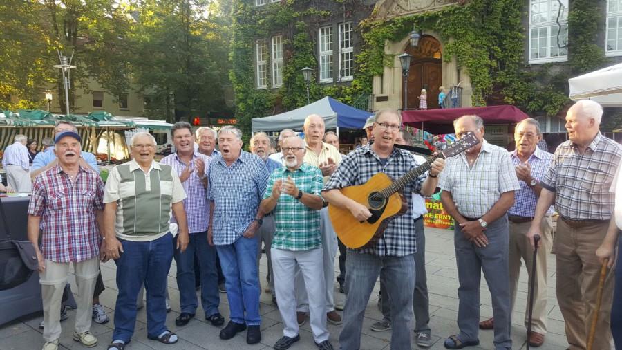 Auch auf dem Streetfood-Markt gaben die Sänger des MGV Eintracht Hengsen im vergangenen Jahr ein spontanes Konzert. (Foto: privat)
