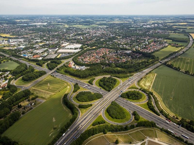 Die Planunterlagen für den sechstreifigen Ausbau der A44 liegen öffentlich aus: das Autobahnkreuz Unna. (Bild: Hans Blossey - Kreis Unna)