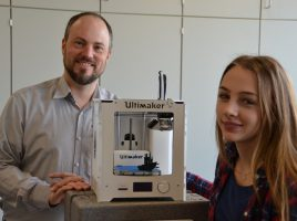 Matthias Müller, der das zdi-Projekt betreut, hat schon die ersten 3D-Drucker für das Ausleihangebot angeschafft, damit die Jugendlichen davon profitieren können. (Foto: Heinze)