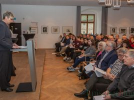 Bürgermeisterin Ulrike Drossel eröffnet die Gedenkfeier im überfüllten Spiegelsaal von Haus Opherdicke. (Foto: P. Gräber - Emscherblog.de)