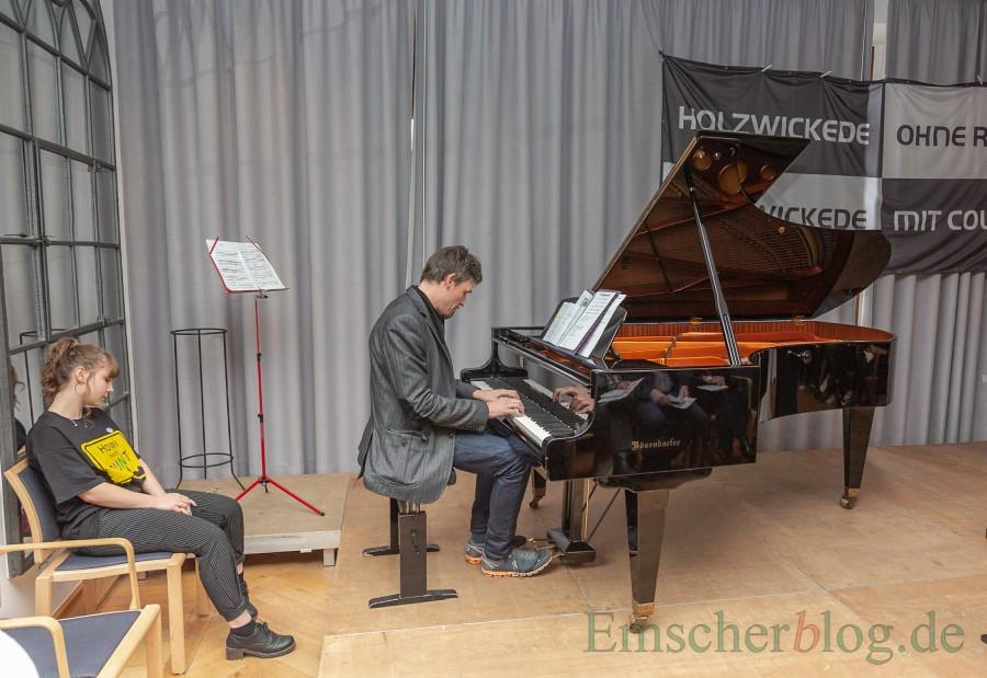 Musikaliscgh umrahmt wurde die Gedenkfeier u.a. von CSG-Lehrer Jochen Weichert .  (Foto: P. Gräber - Emscherblog.de)