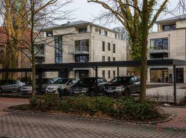 Auch die Denkmalbehölrde hatte keine Einwände: Die Carports auf dem ehemaligen Feldmann-Grundstück an der Allee gefallen nicht jedem. (Foto: P. Gräber - Emscherblog)