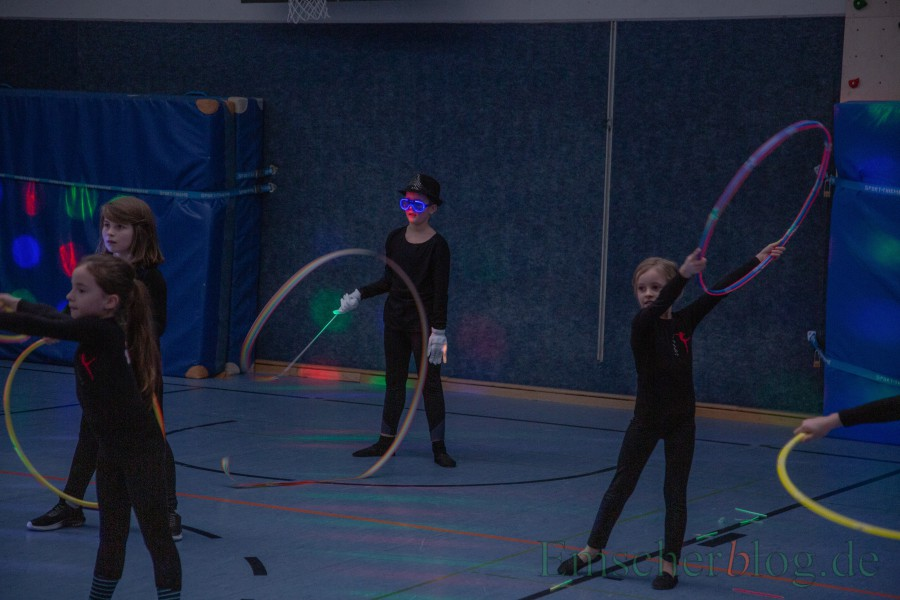 """Die """"Dancekrobatic""""-Gruppe der Paul-Gerhardt-Gruppe poräsentierte heute in der abgedunkelten Turnhalle der Schule eine tolle Lightshow. (Foto: P. Gräber - Emscherblog.de)"""