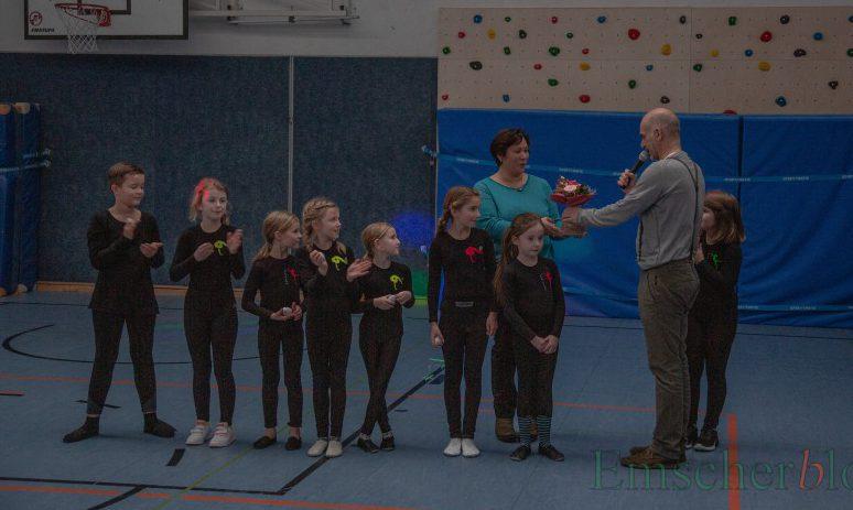 Am Ende gabs viel Applaus und für Trainerin Nadine Grunenberg von Schulleiter Magnus Krämer einen Blumenstrauß als kleines Dankeschön. (Foto: P. Gräber - Emscherblog.de)