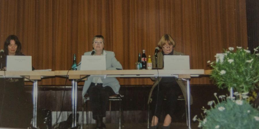 Die Vorstandssitzungen und Diskussionsrunden in den Anfangsjahren waren schier endlos: die Vorsitzende Almuth Schneider (M.) auf dem Podium. (Repro: Archiv)