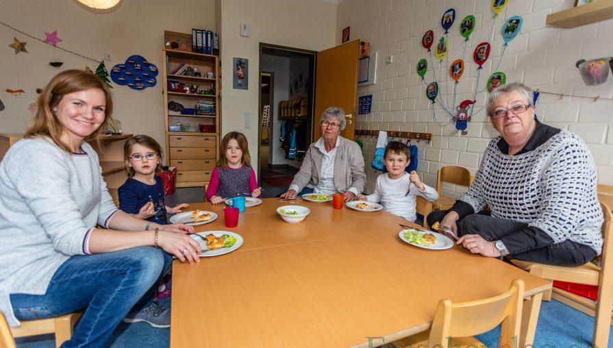 uch das werden die langjährige Vorsitzende des Elternvereins und die Leiterin des HEV-Kindergartens wohl vermissen:  Almuth Schneider und Annette Willutzki  mit Anna Fechner (v.r.) beim Mittagessen mit Kindern des HEV-Kindergartens. (Foto: P. Gräber - Emscherblog)