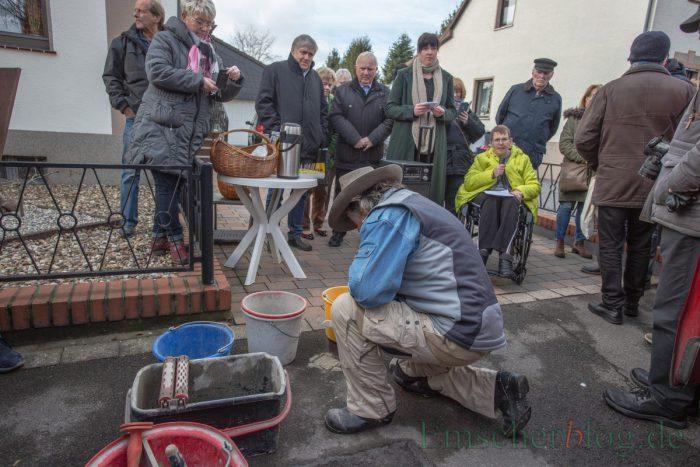 Der Künstler Gunter Demnig bei der Verlegung des Stolpersteins für Heinrich Brune in der Sachsenstr. 5. (Foto: P. Gräber - Emscherblog)