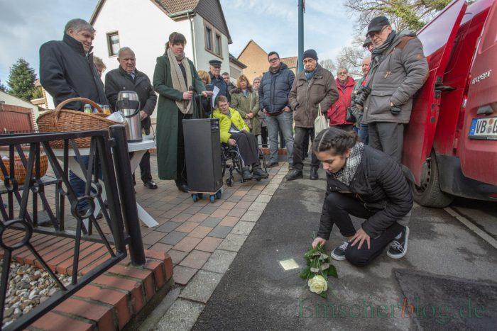...und legten auch Blumen am frisch verlegten Stolperstein nieder in Gedenken an das aus politischen Gründen verfolgte NS-Opfer. (Foto: P. Gräber - Emscherblog)