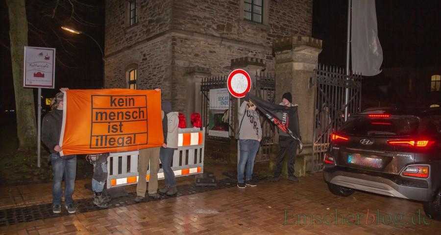 Vord er Einfahrt zum Haus Opherdicke prtestierte eine kleine Antifa-Gruppe gegen die Veranstaltung - abgesichert durch ein großes Polizeiaufgebot. (Foto: P. Gräber - Emscherblog)(