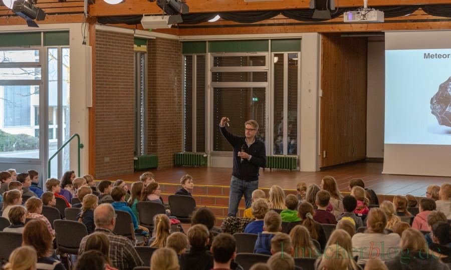 Meteoriten sind magnetisch: Was Prof. Dr. Thorsten Kleine hier gerade vorführt. (Foto: P. Gräber - Emscherblog)