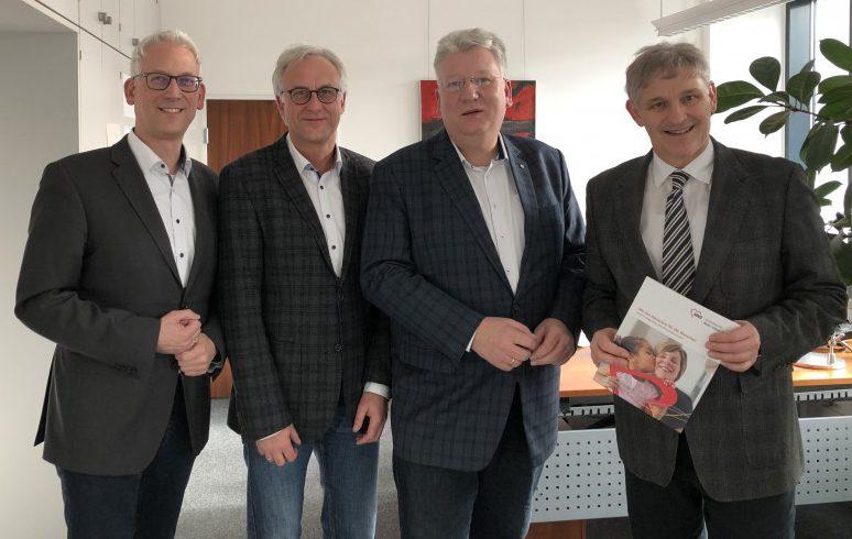 (v.l.): Sozialdezernent Torsten Göpfert, AWO Geschäftsführer Rainer Goepfert, AWO Vorsitzender Hartmut Ganzke und Michael Makiolla tauschten sich aus.