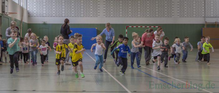 Gelaufen wurde in zwei Altersgruppen. Hier legen sich die drei- und vierjährigen Kinder richtig ins Zeug. (Foto: P. Gräber - Emscherblog)