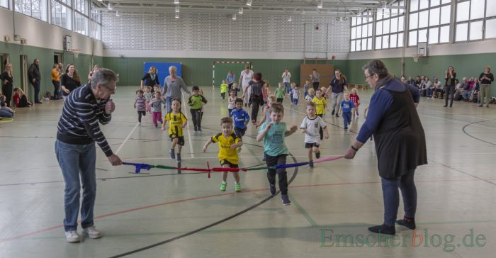 Für die Kinder ganz wichtig: Ein richtiges Zielband musste es beim Zieleinlauf geben. (Foto: P. Gräber - Emscherblog)